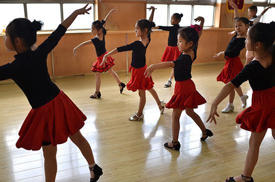 舞蹈教室里,孩子们在上课。