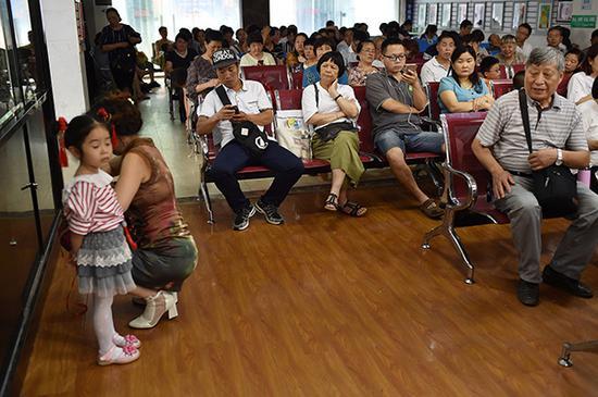 一楼大厅里,很多家长在等孩子,个个一脸疲惫。 本文图片均为 视觉中国 图
