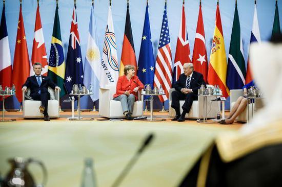 材料图:7月7日,在德国汉堡,阿根廷总统马渴攀里、德国总理默克尔跟美国总统特朗普缺席G20引导人峰会。新华社发