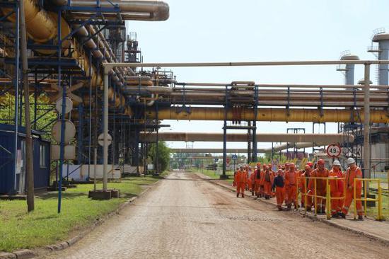 资料图:这是在塞尔维亚河钢(塞尔维亚)钢铁有限公司厂区内拍摄的工人们。新华社记者王慧娟摄