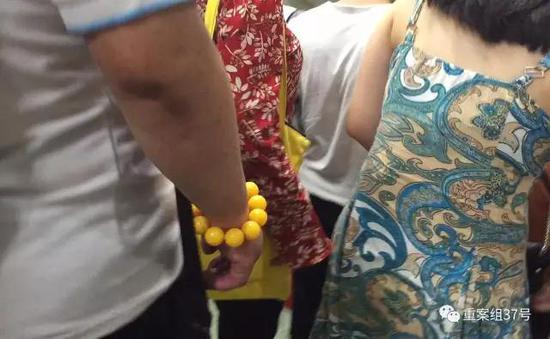 ▲这名男子碰触另一位女士的臀部。   新京报记者 大路 摄