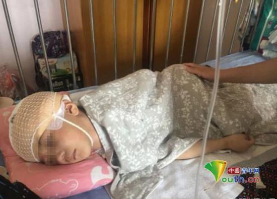 躺在病床上被虐打的男童。  @呼唤鹏鹏 图