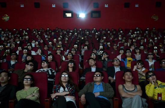 2012年,佩戴3D眼镜观看《泰坦尼克号3D版》的中国观众。(美国《纽约时报》网站)