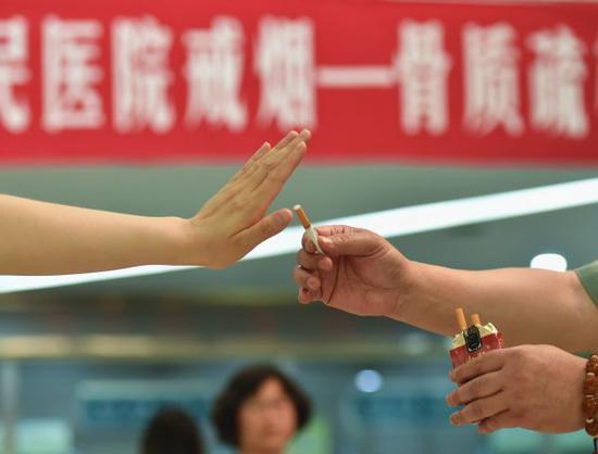 资料图:中国某家医院工作人员通过情景剧展示如何拒绝他人劝烟。新华社发