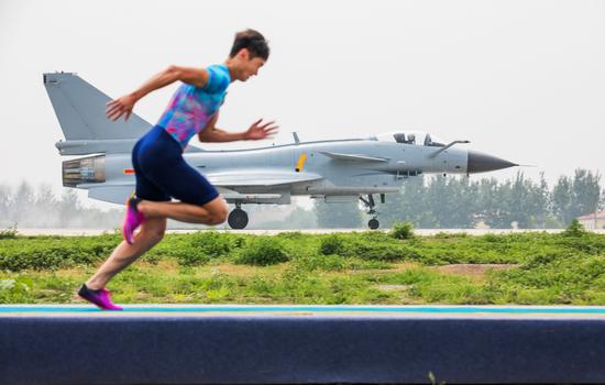 张培萌与歼-10赛跑被拉开数米
