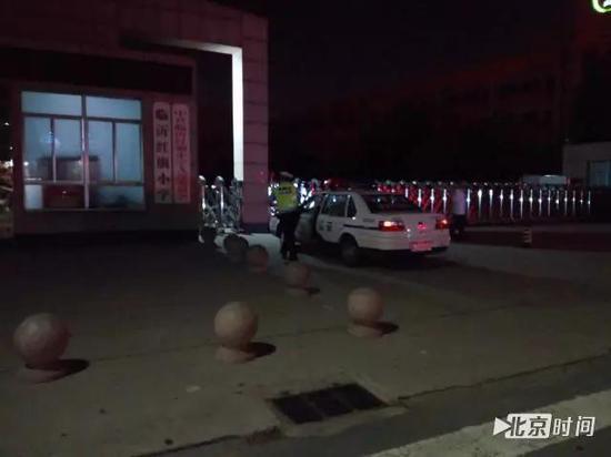 """16日晚,临沂交警在""""暴走团""""曾频繁活动的红旗小学门口设置执勤点。图/刘钊"""