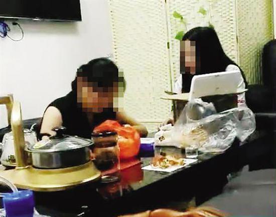 """广安医院3楼一诊室内,""""元元""""(左)在和一名女孩交谈。新快报 图(当事人 供图)"""