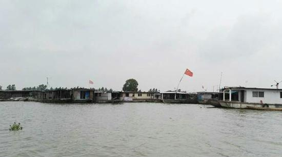 渔民的座船被集中停放在岸边。