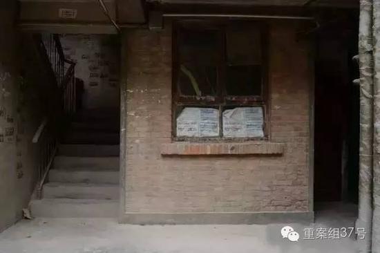 ▲8月29日,白银市白银棉纺厂家属楼3号楼一层的一个小居室。2006年至2012年,犯罪嫌疑人高承勇曾经租住在这里。他经常和周围邻居打麻将。新京报记者 吴江 摄