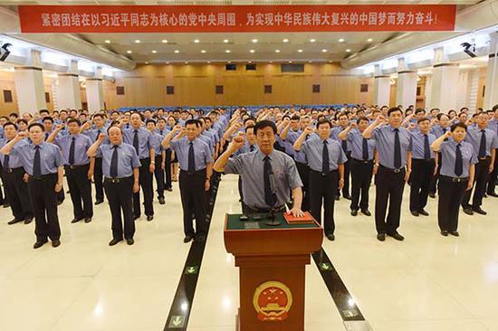 曹建明率领最高人民检察院首批入额检察官举行宪法宣誓活动。