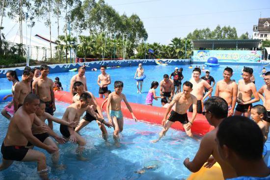 7月11日,游客在重庆市涪陵区一水上乐园内戏水享清凉 新华社记者 王全超 摄