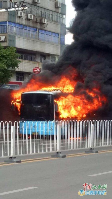 公交车被大火吞没