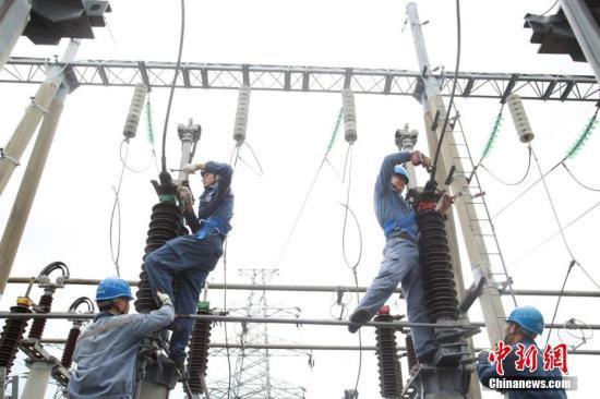 资料图:供电工人冒高温抢修作业。 卢传隆 摄