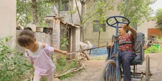 小女孩拖着老人上街。无线徐州 图