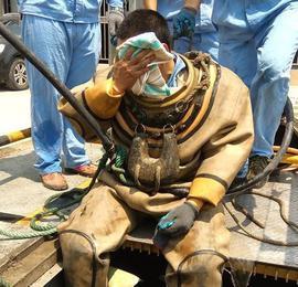 """城市潜水员:穿两百斤棉衣 污水里""""蒸桑拿"""""""