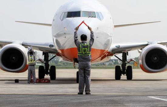 资料图:韩国济州航空一架客机降落泰州机场。新华社发