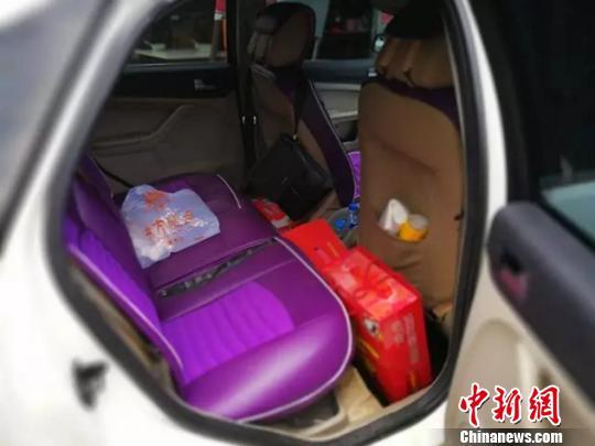 图为汽车后排座上的毒品。 永平县公安局 摄