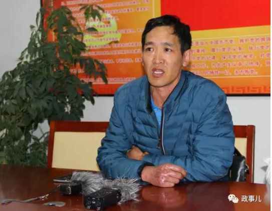杨林描述救火过程,其右手烧伤的伤痕仍可见。