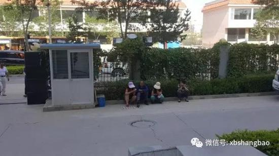 高承勇家属在等待。