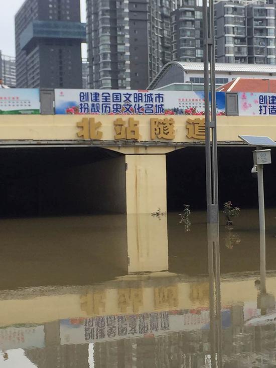 7月19日夜里,昆明暴雨过后,北站隧道积满雨水,交通中断。