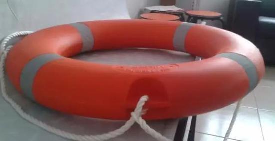 ▲真正的救生圈是这样子的,多为橙红色,小伙伴们认准啦!