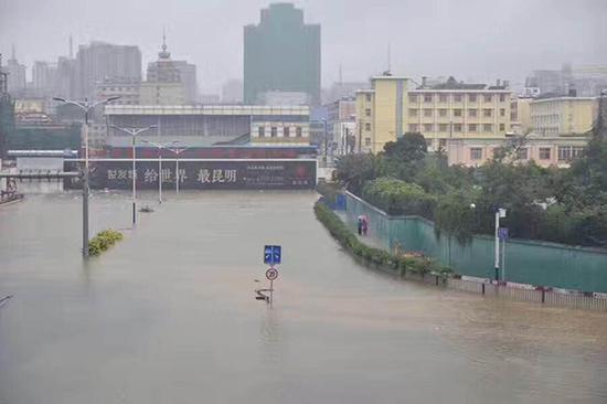 """7月19日晚的暴雨,使得昆明城区成为""""看海""""的水城。"""