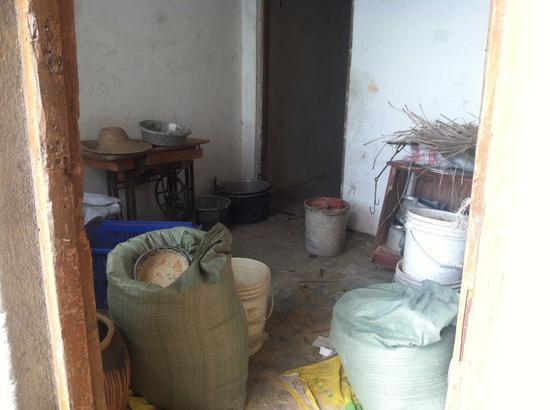 ▲阿生生前居住的房间,如今被家人用来堆放杂物。