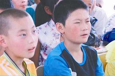 在陕北一些小学,不少农村孩子得了近视也没戴眼镜。邢俊升 摄
