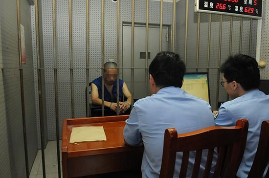 """</div> <p>  推倒警车、抢对讲机、殴打交警、驾车逃逸……这是95后男女面对交警执法时的一系列动作。</p> <p>  日前,澎湃新闻(www.thepaper.cn)记者从上海杨浦警方获悉,犯罪嫌疑人沈某、黄某因涉嫌妨害公务已被依法刑事拘留。</p> <p>  沈某到案后透露,买不起上海牌照,所以套了一个外地牌照,目前还没拿到驾照。因为酷爱摩托车,所以经常驾车在市内穿行。事发时担心使用假牌被交警处理,遂与黄某暴力抗法。</p> <p>  据警方透露,7月14日16时45分许,杨浦公安分局交警支队机动大队民警在中原路嫩江路路口执勤时,发现一外地牌照两轮摩托车违法开进了禁行区域。交警立即示意其停车接受处罚,但合骑该车的一对男女并未听从指挥,并一路驾驶该摩托车逃逸。</p> <p>  交警立即驾驶警用摩托车跟了上去,至江湾城路国帆路将逃逸车辆截停。正当交警欲上前进行盘查和处罚时,驾车逃逸的一对男女不仅阻挠交警执法,还将警用摩托车推倒在地,继而殴打执法交警。由于该路段当时四下无人,两人随即迅速逃离现场。</p> <p>  案发后,杨浦公安分局刑侦支队会同新江湾城派出所立即展开侦查。经查,涉案摩托车所使用的号牌系假牌照。经视频追踪及现场走访,涉案男子驾驶摩托车逃离现场后,行驶进入殷行路一小区内。</p> <p>  经缜密侦查,民警发现该小区一住户的亲属沈某,与涉案男子体貌特征吻合,具有重大作案嫌疑。</p> <p>  7月15日19时许,经守候伏击,民警在赤峰路一小区将沈某抓获。当天21时40分许,民警在福泉路黄某居住地将涉案女子黄某抓获。</p> <p>  沈某到案后交代,他今年21岁,是一名培训师,""""买不起上海牌照,所以套了一个外地牌照,目前还没拿到驾照"""", 因为酷爱摩托车,所以经常驾驶套牌摩托车在市内穿行。</p> <p>  回忆事发当时的场景,沈某十分后悔,他称自己是因担心使用假牌被交警处理,遂与女伴黄某以暴力方式阻碍交警执法。</p> <p>  黄某也21岁,目前无业。黄某表示,""""开始我是想拦住他(沈某),但是没拦住,后来看民警准备用对讲机叫人,我就把民警的对讲机和手机抢了过来""""。</p> <p>  目前,犯罪嫌疑人沈某、黄某因涉嫌妨害公务已被依法刑事拘留。警方正告,公安民警依法执行公务受法律保护,妨害阻挠执法,将被依法严惩。</p>         <p class="""