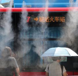 宛若仙境 杭州灵隐公交站喷雾降温