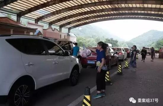 ▲2017年7月15日,正值周末和寒假,来自驾游的游客纷至沓来,车辆在检票口排起长队,四周的商贩在向司机兜销植物食物。新京报记者 朱骏 摄