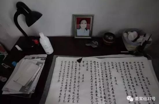 ▲2017年7月17日,赵菁家中的写字台上,摆放着母亲的遗照和书法习作。这一年来,她常常经过训练书法的方式平复本人的心情,同时消磨在家涵养的工夫。