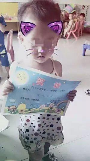 两岁半的任香谕。受访者供图