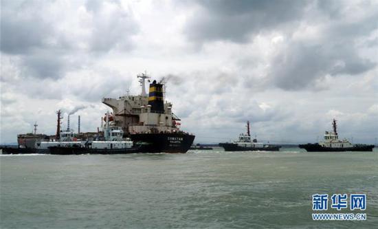 7月23日,拖轮对停顿货船实行救援。