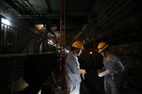 资料图:上海地铁维护保障中心供电公司触网检修部工作人员在地铁中山公园站内作业。新华社记者 丁汀 摄