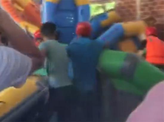 游客争抢橡皮艇。 视频截图