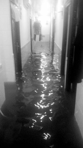 齐膝的水淹了地下室。