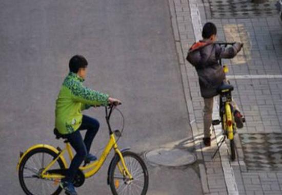 孩子们在骑共享单车