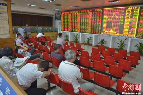 资料图:海口某证券交易大厅内的股民关注大盘走势。中新社发 骆云飞 摄