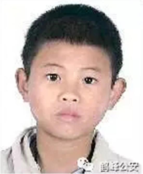 """在逃嫌犯桦结12岁办理身份证时留下的照片。 微信公众号""""鹤峰公安"""" 图"""
