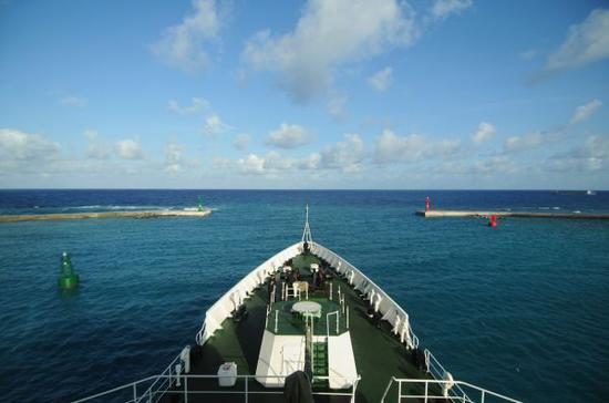 资料图:2015年8月14日,三沙市综合执法1号船驶离永兴岛码头,前往西沙群岛永乐群岛开展为期两天的岛礁生态掩护巡查。 新华社记者 魏骅 摄