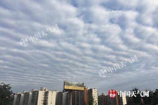 """明天凌晨,北京顺义区后沙峪邻近呈现""""鱼鳞云""""。(图/关禺)"""