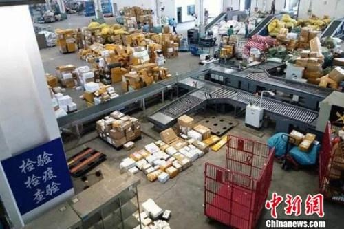 """资料图: 近年""""海淘""""市场扩张带动下,跨境邮寄物呈现快速增长态势。芊烨 摄"""