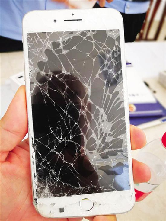 小刘被砸坏的手机。 本文图均为南宁新闻网 图