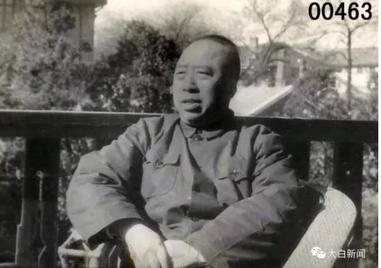 1959年10月,共跟国生日十周年,五十五岁的滕代远,照于北京室庐楼阳台上