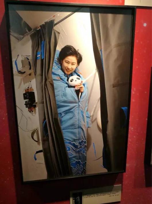 """女航天员刘洋在太空中""""站着睡觉"""""""