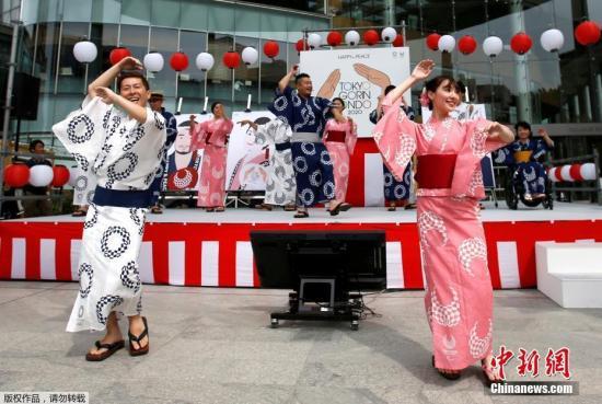 资料图:演员表演日本传统舞蹈。