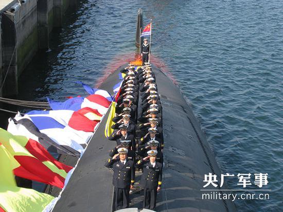 潜艇上的升旗仪式