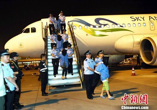 17名通讯诈骗犯罪嫌疑人乘机抵达成都。 安源 摄