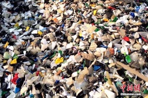 资料图:在辽宁某地拍摄的洋垃圾。 中新社发 宋成明 摄